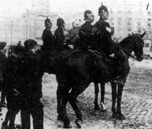 Mounted police patrol Ringsend in Dublin city in 1913. (Picture courtesy of Come Here to Me website)