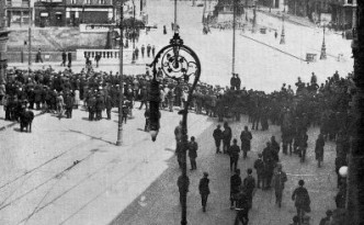 Dublin crowds watch the fighting on O'Connell Street in July 1922.