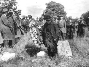 Margaret Pearse lays a wreath at her sons Patrick and Willie's grave at Arbour Hill. (Courtesy Irish Volunteers website)